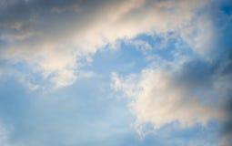 Céu azul com nuvens Nuvens no céu azul Imagem de Stock