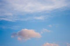 Céu azul com nuvens Nuvens no céu azul Fotografia de Stock