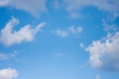 Céu azul com nuvens Nuvens no céu azul Foto de Stock