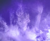 Céu azul com nuvens wispy imagem de stock