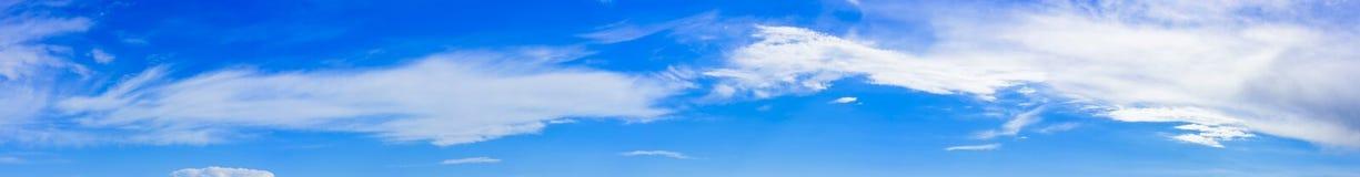 Céu azul com panorama das nuvens Foto de Stock Royalty Free