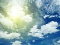 Céu azul com sol e nuvens Fotografia de Stock Royalty Free