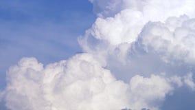 Céu azul com timelapse das nuvens Nuvem grande branca no céu azul Uma nuvem de cúmulo-nimbo grande e macia no céu azul borda imagens de stock