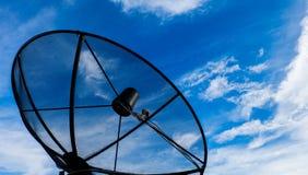 Céu azul da antena parabólica Fotos de Stock