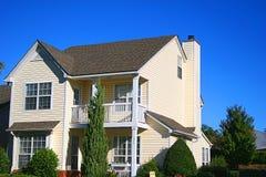 Céu azul da casa amarela fotografia de stock
