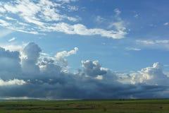 Céu azul da mola com as nuvens de cúmulo macias no por do sol Imagens de Stock