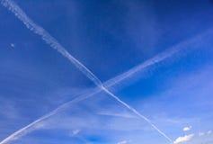 Céu azul da mola com traços X-dados forma de aviões imagens de stock