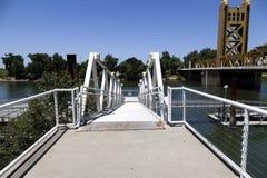 Céu azul da ponte da torre da margem do Rio Sacramento Fotografia de Stock
