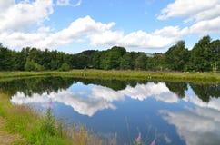 Céu azul da reflexão do lago imagem de stock royalty free