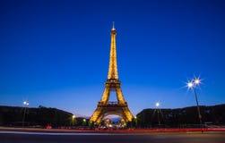 Céu azul da torre Eiffel durante o crepúsculo Foto de Stock