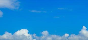 Céu azul desobstruído com nuvens brancas Céu Cloudless Céu azul com a foto de stock