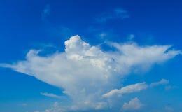 Céu azul desobstruído com nuvens brancas Céu Cloudless Céu azul com a fotografia de stock
