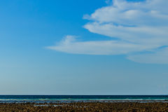 Céu azul desobstruído com nuvens brancas Céu Cloudless Céu azul com a imagem de stock