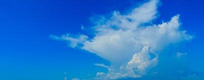 Céu azul desobstruído com nuvens brancas Céu Cloudless Céu azul com a fotos de stock royalty free