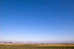 Céu azul desobstruído horizontal imagem de stock