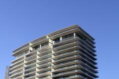 Céu azul do detalhe elevado do edifício da ascensão imagem de stock royalty free