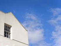 Céu azul do edifício branco Fotos de Stock
