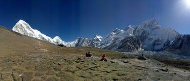 Céu azul do fundo natural nepalês da cena da área de picos da montanha imagens de stock royalty free