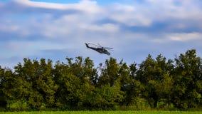 Céu azul do helicopteron do combate com nuvens brancas fotos de stock royalty free