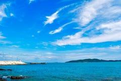 Céu azul do mar azul fotografia de stock royalty free