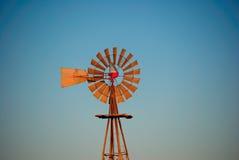 Céu azul do moinho de vento da água Foto de Stock Royalty Free