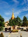 Céu azul do pagode dourado Imagens de Stock Royalty Free