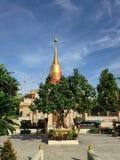 Céu azul do pagode dourado Fotos de Stock Royalty Free