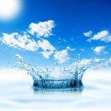 Céu azul do respingo da água imagem de stock