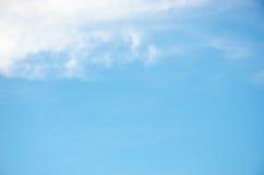 Céu azul do verão com nuvem bonita Foto de Stock