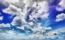 Céu azul dramático imagens de stock
