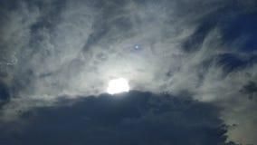 Céu azul dramático com nuvens escuras Foto de Stock