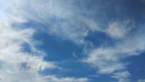 Céu azul dramático com nuvens escuras Fotos de Stock