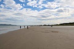 Céu azul Dublin Ireland da praia de Portmarnock Fotos de Stock Royalty Free