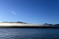 Céu azul e água nos montes de pedras Foto de Stock Royalty Free