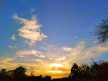 Céu azul e céu alaranjado com por do sol foto de stock