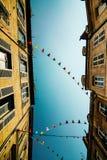 Céu azul e bandeiras entre casas Fotos de Stock