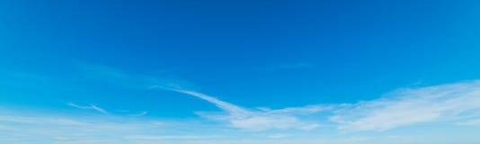 Céu azul e branco na mola imagens de stock royalty free
