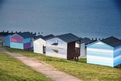 Céu azul e cabanas coloridas da praia ao longo do litoral de Whitstab Foto de Stock Royalty Free