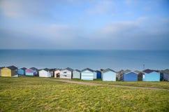 Céu azul e cabanas coloridas da praia ao longo do litoral de Whitstab Fotos de Stock