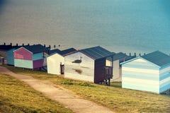 Céu azul e cabanas coloridas da praia ao longo do litoral de Whitstab Fotos de Stock Royalty Free