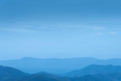 Céu azul e camada de montes Imagem de Stock