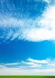 Céu azul e campo brilhantes Fotografia de Stock Royalty Free