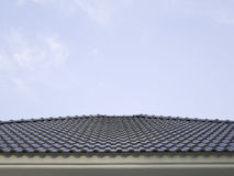 Céu azul e casa azul do telhado Fotografia de Stock Royalty Free