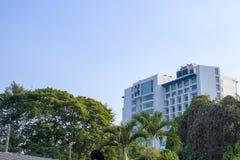 Céu azul e construção, Chiangmai, Tailândia - 9 de maio de 2019: Construção do hospital de Banguecoque fotos de stock royalty free