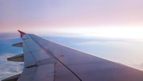 Céu azul e cor-de-rosa com opinião do por do sol da janela do airplain Imagem de Stock Royalty Free