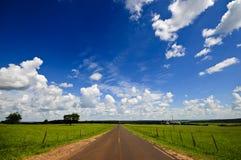 Céu azul e estrada Imagem de Stock Royalty Free