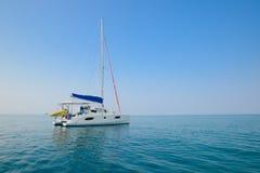 Céu azul e iate da água clara Praia na província de Krabi, Thailan Foto de Stock Royalty Free