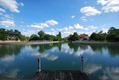 Céu azul e lago Imagens de Stock