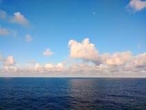 Céu azul e mar fotografia de stock