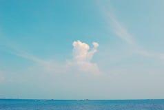 Céu azul e mar azul imagens de stock